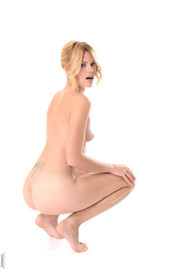 izzy-in-dark-desire-naked-virtuagirl